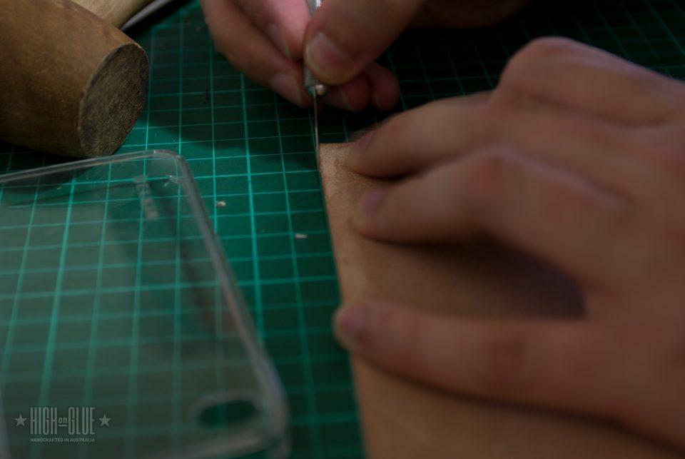 استفاده از یک چاقوی کوچک جراحی به قطع یک گوشه های گرد. من یک مربع جریان 1cm به عنوان مرجع استفاده به طوری که شعاع گوشه است.