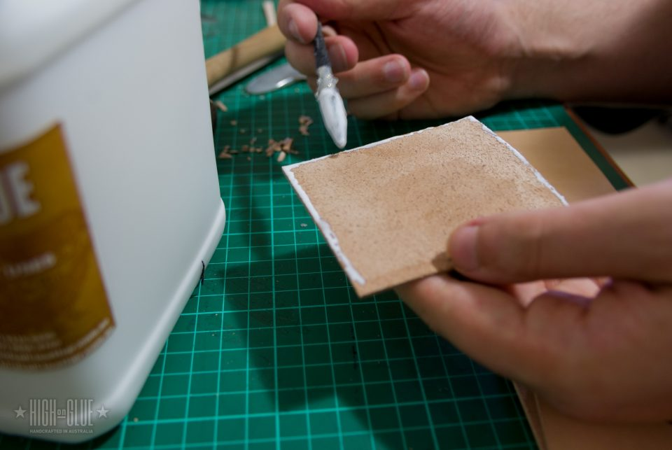 این ایده خوبی است به چسب قطعات در محل قبل از دوخت است. تراز مناسب بسیار مهم است اگر شما می خواهید کیف پول به نگاه خوب است.