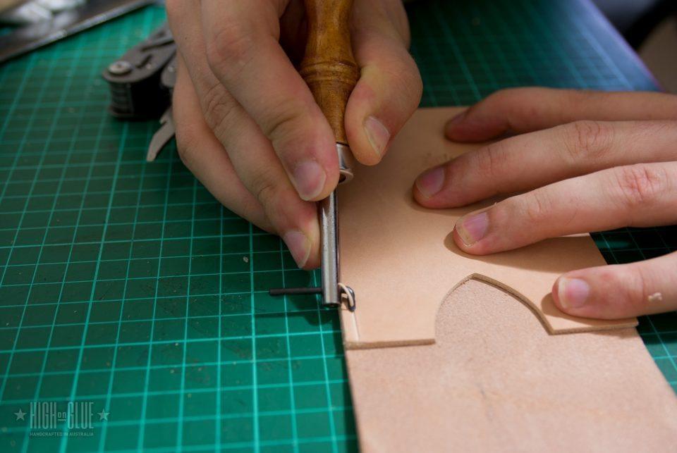 استفاده از یک گروور خیاطی برای اضافه کردن یک بیشه به عنوان یک راهنمای امتداد هر دو طرف.
