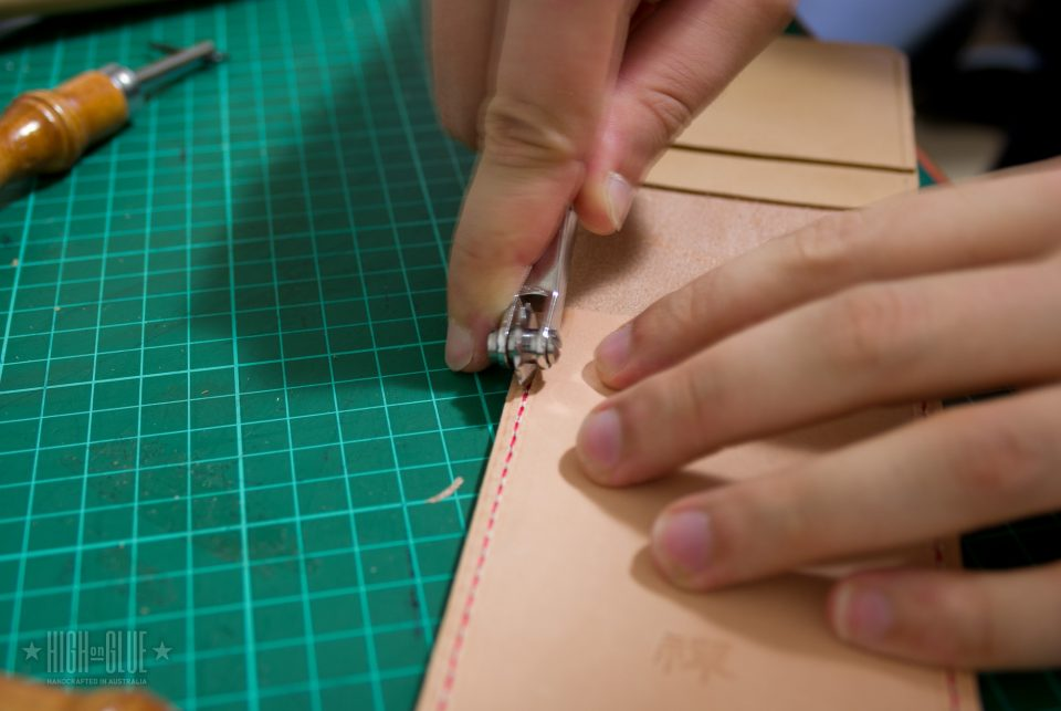 تمیز کردن پس از آن با استفاده از بخیه چرخ overstitch همان کمک می کند تا به بخیه خوب و حتی ظاهر.