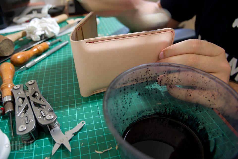 استفاده از یک dauber پشم و رنگ تیره در اطراف لبه های کیف پول