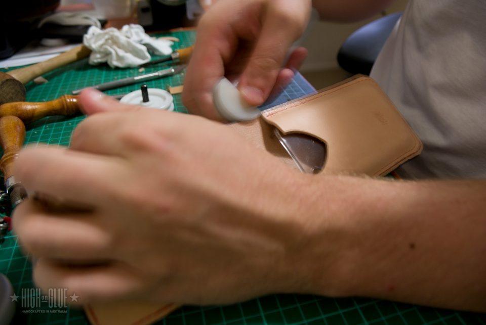 استفاده از یک پوشه حقه باز لبه و یا استخوان و حرکت آن به جلو و عقب در امتداد لبه به آنها را صاف.