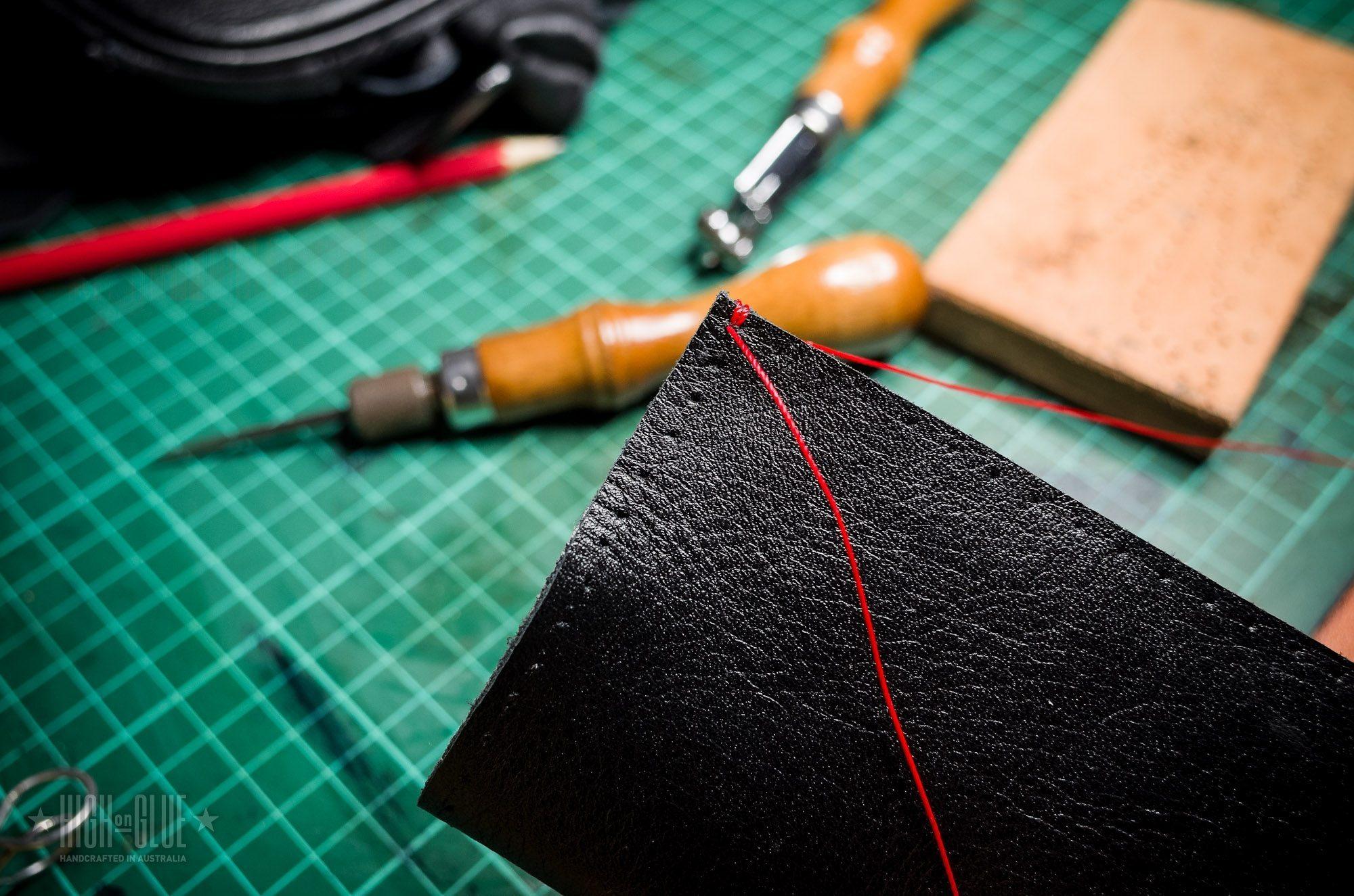 Comece a costura em torno da abertura superior.